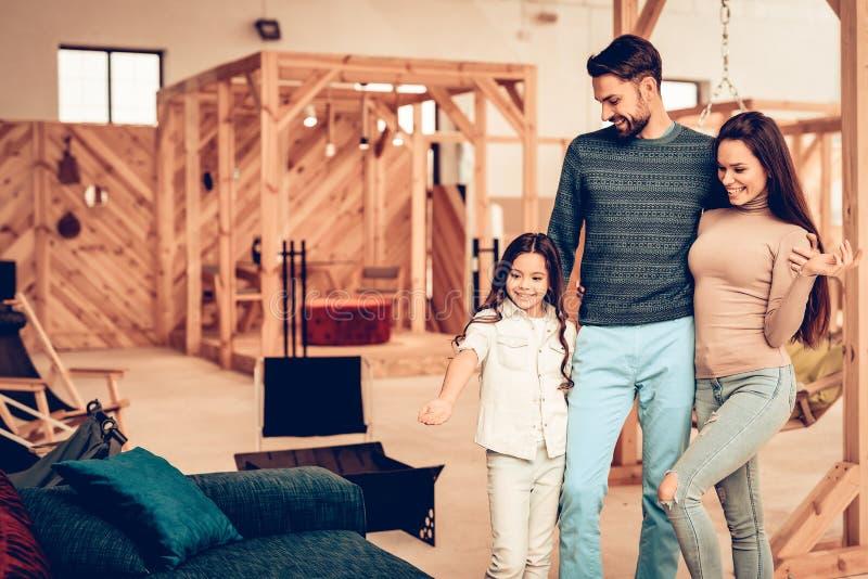 Os pares com filha foram à loja de móveis imagens de stock