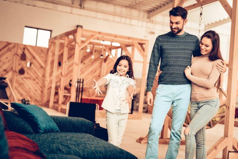 Os pares com filha foram à loja de móveis foto de stock royalty free