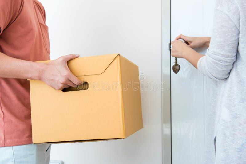 Os pares compram uma casa nova Mover-se na casa imagem de stock royalty free