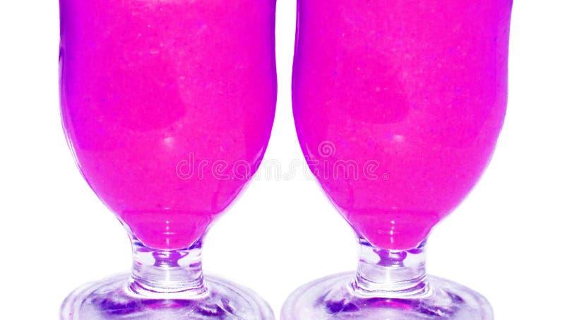 Os pares cor-de-rosa dos vidros de cocktail fecham-se isolado acima no fundo branco foto de stock