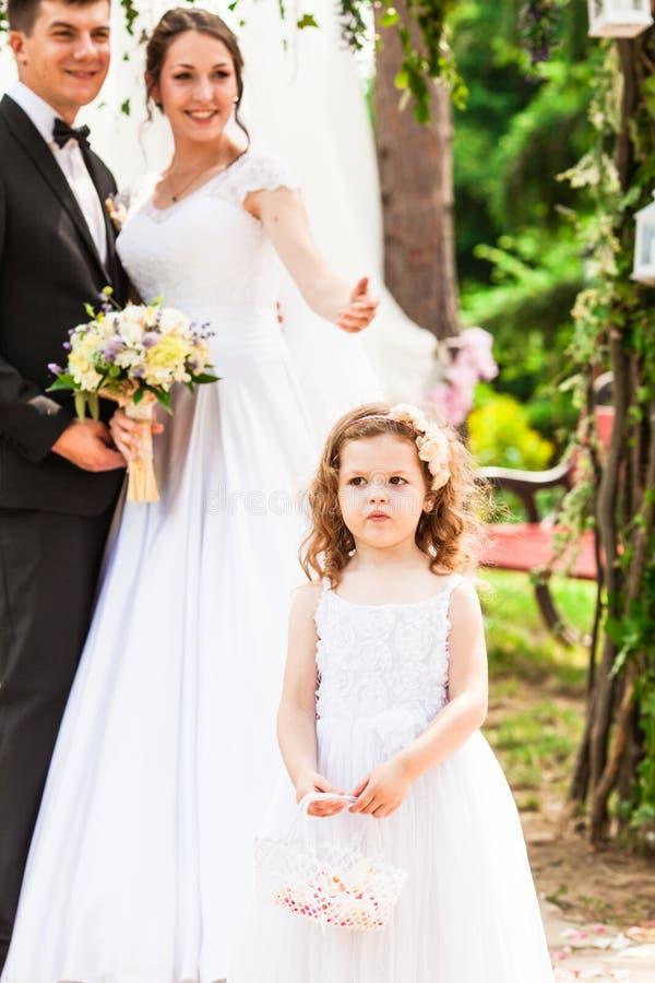 Os pares da menina e do casamento na cerimônia fotos de stock royalty free
