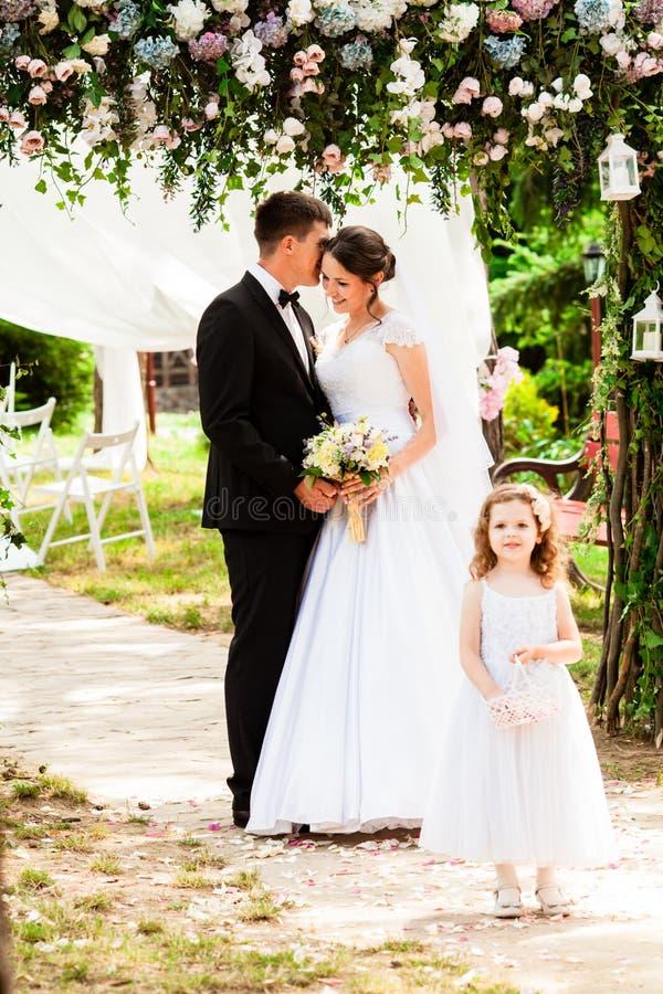 Os pares da menina e do casamento na cerimônia foto de stock