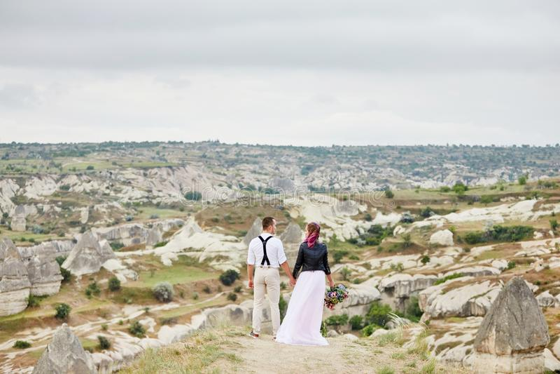 Os pares de amor do dia de Valentim em abraços e beijos da natureza, homem e mulher amam-se Montanhas do cappadocia no peru foto de stock