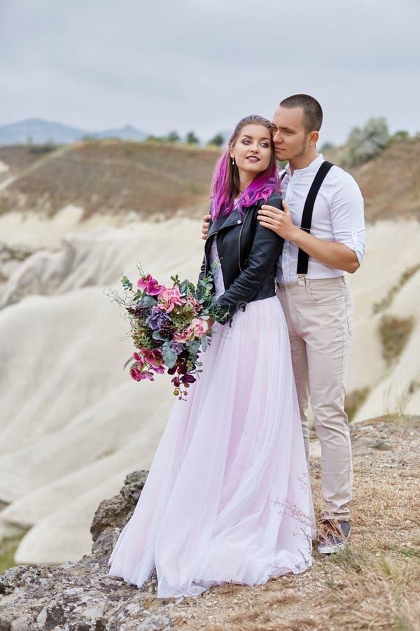 Os pares de amor do dia de Valentim em abraços e beijos da natureza, homem e mulher amam-se Montanhas do cappadocia no peru fotografia de stock
