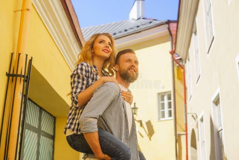 Os pares de amor novos têm datar exterior Homem e mulher que andam em ruas de uma cidade Amor, relações e conceito da data imagens de stock