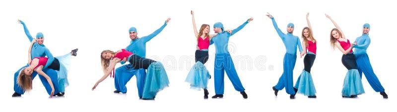 Os pares de dançarinos que dançam a dança moderna isolada no branco fotos de stock