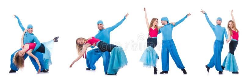 Os pares de dançarinos que dançam a dança moderna isolada no branco fotografia de stock