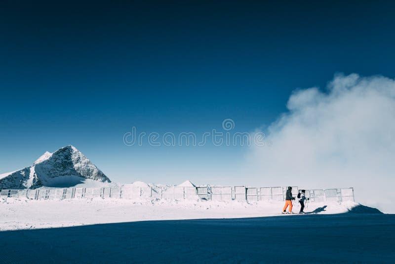 os pares de esquiadores em montanhas bonitas do inverno, mayrhofen a área do esqui, Áustria fotografia de stock royalty free