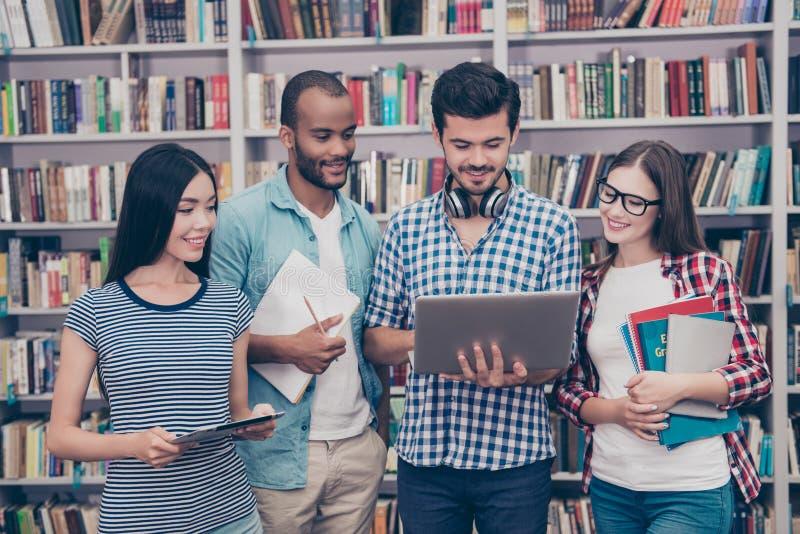 Os pares de estudantes internacionais estão estudando após leituras dentro fotos de stock royalty free