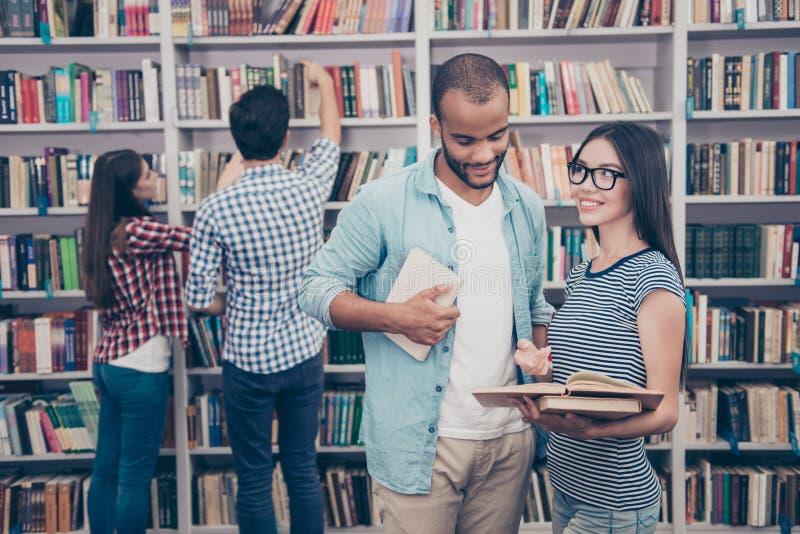 Os pares de estudantes internacionais estão estudando após leituras dentro imagens de stock