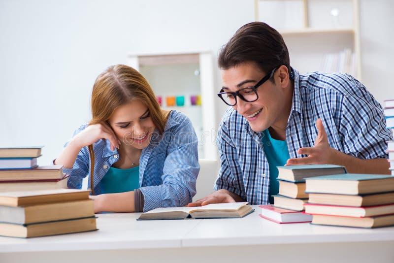 Os pares de estudantes que estudam para exames da universidade imagem de stock royalty free