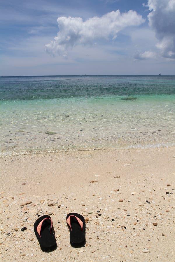 Os pares de flip-flops em Ilig Iligan encalham, ilha de Boracay, Filipinas imagens de stock royalty free