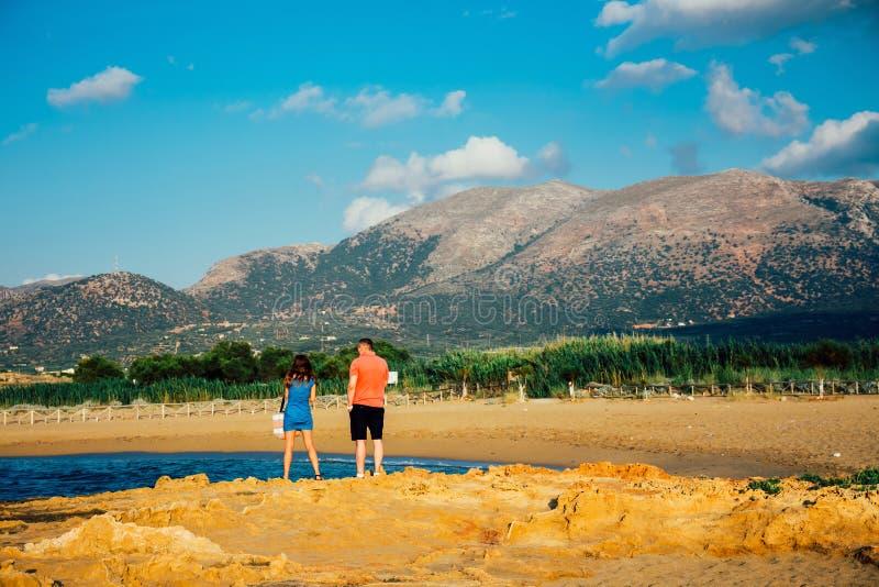 Os pares de jovens, uma mulher e um homem, admiram a vista das montanhas durante fotos de stock royalty free