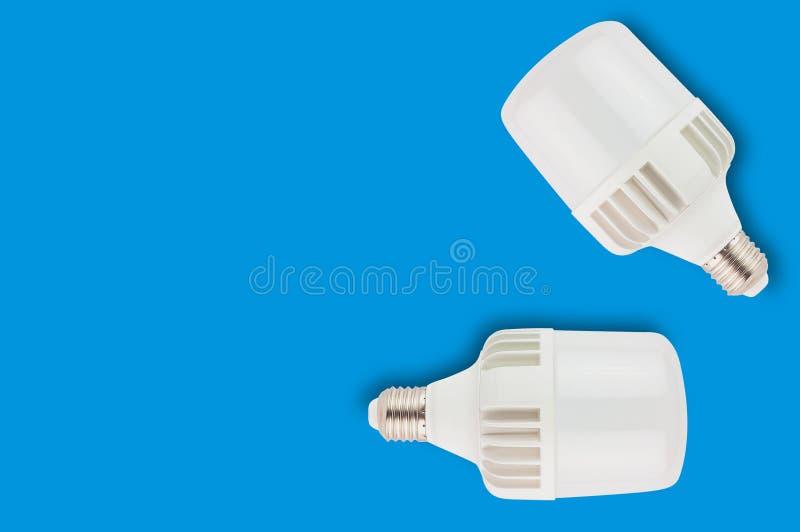 Os pares de plástico novo conduziram bulbos no fundo azul com espaço da cópia Economia e economia ou conceito verde da energia foto de stock royalty free