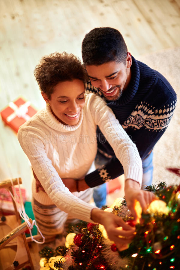 Os pares decoraram a árvore de Natal imagem de stock