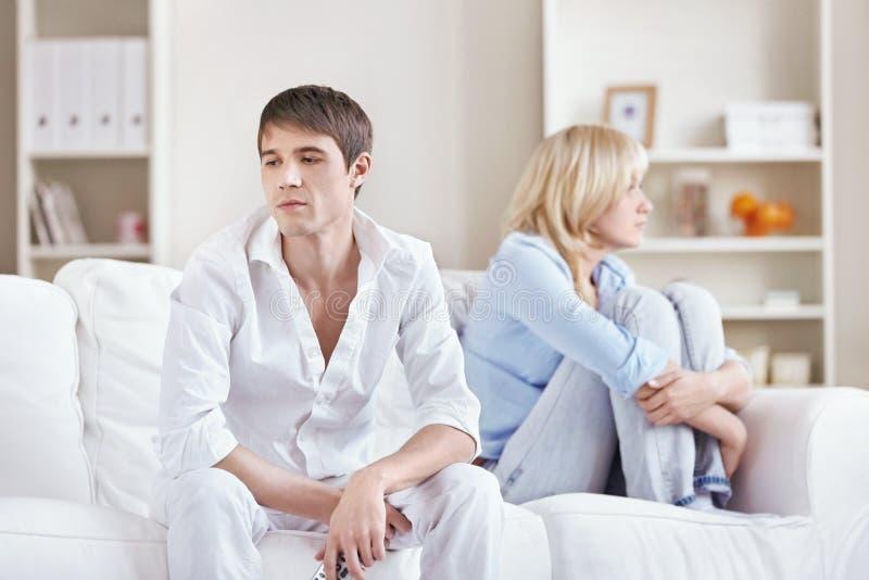 Os pares discutiram em casa imagem de stock
