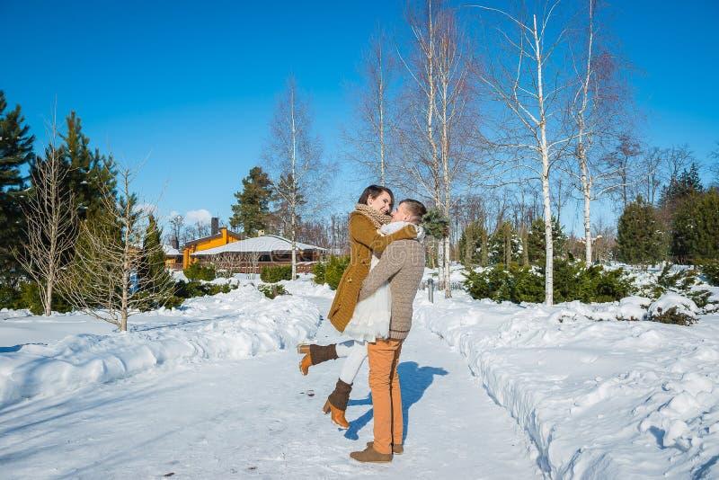 Os pares do casamento em um vistoso murcham o dia, guardando-se, tendo o divertimento que dansing vestido de casamento curto do e imagem de stock royalty free