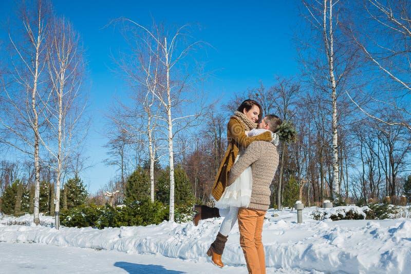 Os pares do casamento em um vistoso murcham o dia, guardando-se, tendo o divertimento que dansing vestido de casamento curto do e imagens de stock royalty free