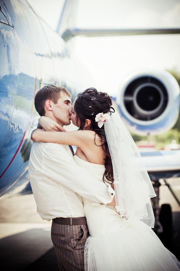 Os pares do casamento voam na lua de mel fotografia de stock