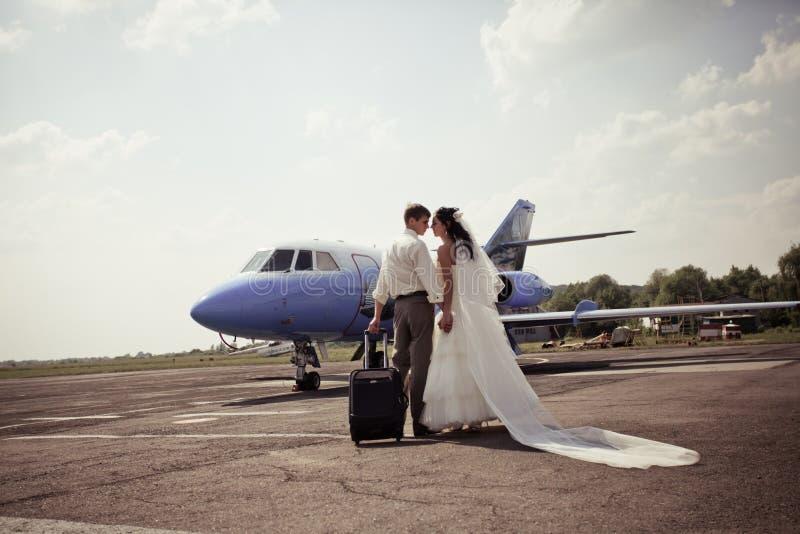 Os pares do casamento voam na lua de mel fotos de stock
