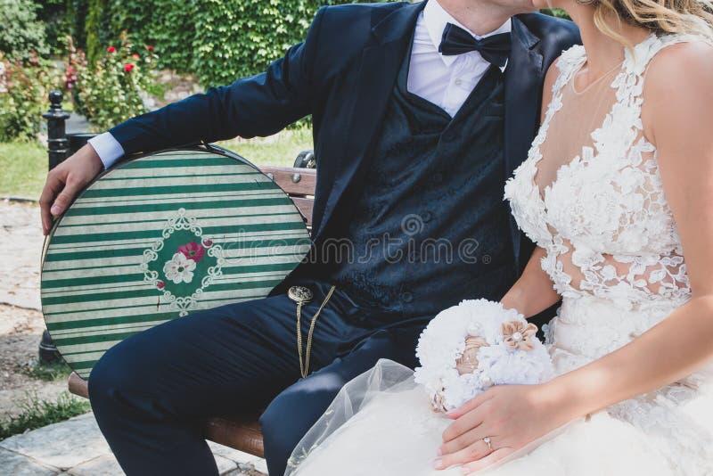 Os pares do recém-casado estão beijando-se fotos de stock