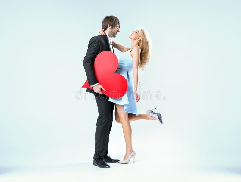 Os pares do Valentim alegre em um abraço imagens de stock