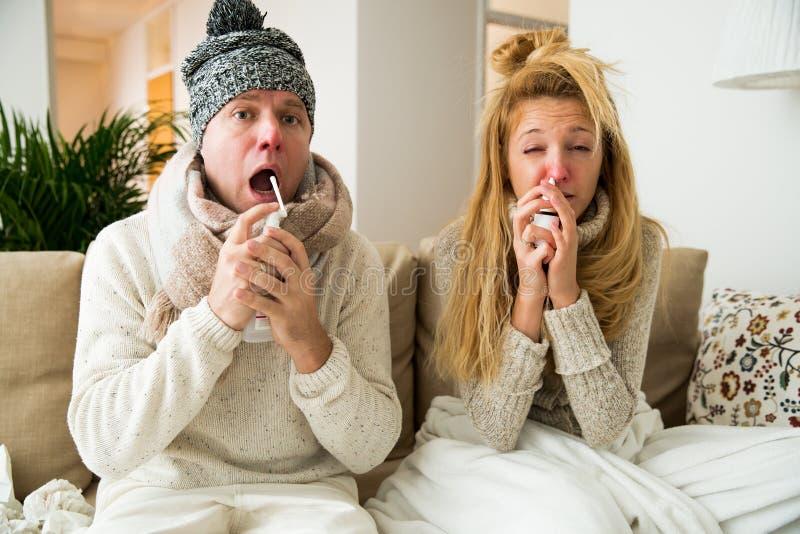 Os pares doentes travam o frio foto de stock