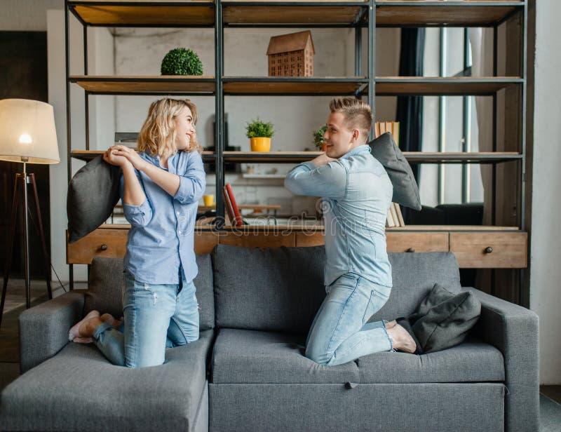 Os pares engraçados do amor encenaram lutas nos descansos imagem de stock
