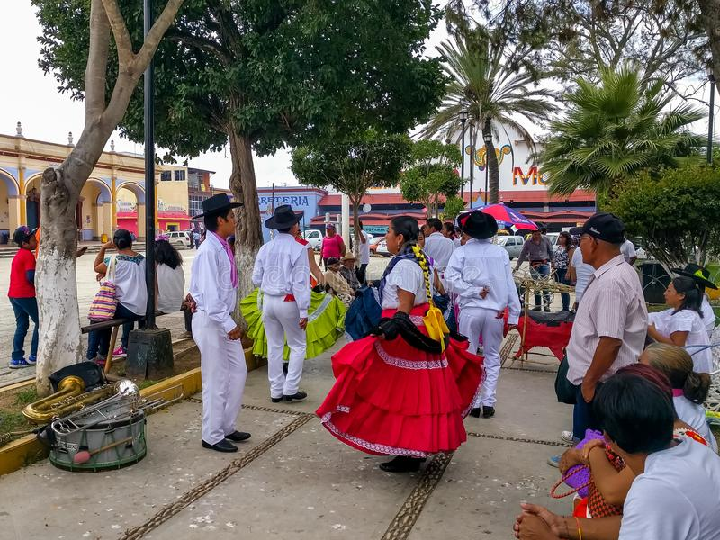 Os pares executam uma dança tradicional para a celebração de Guelaguetza fotografia de stock