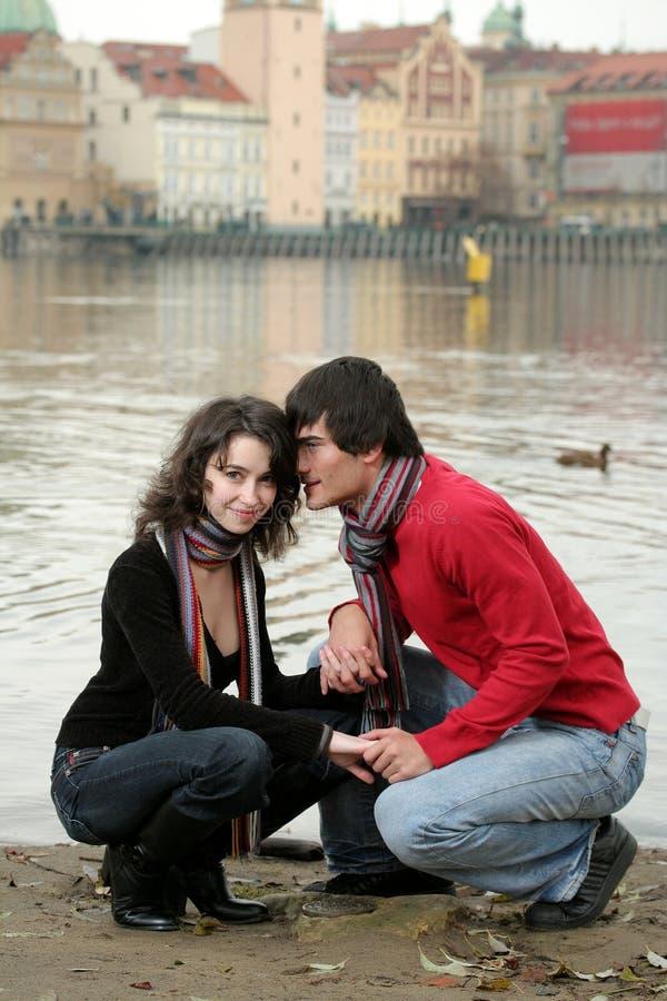 Os pares felizes aproximam o rio fotografia de stock royalty free