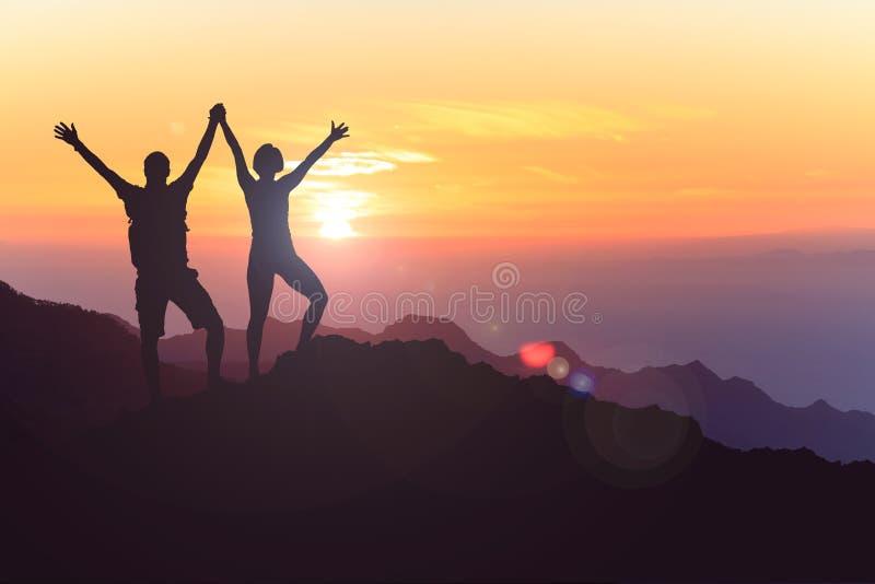 Os pares felizes comemoram, alcançando o objetivo da vida e o sucesso fotos de stock royalty free