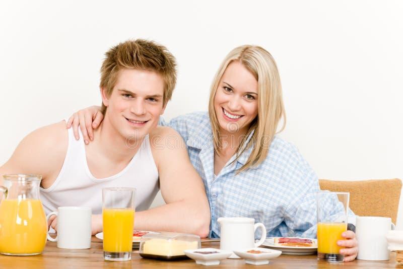 Os pares felizes do pequeno almoço apreciam a manhã romântica foto de stock