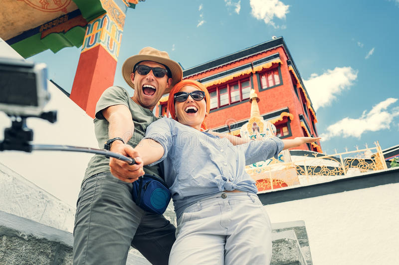 Os pares felizes do turista tomam uma foto do selfie no backgrou asiático da vista foto de stock royalty free
