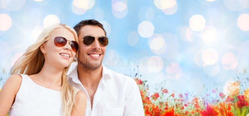 Os pares felizes nas máscaras sobre a papoila colocam o fundo imagens de stock royalty free