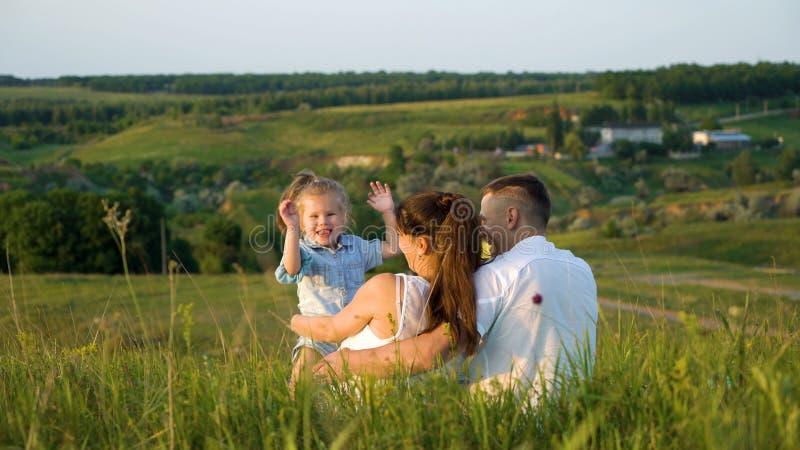 Os pares grávidos com filha da criança mandam o tempo de lazer fora suportar a vista imagens de stock
