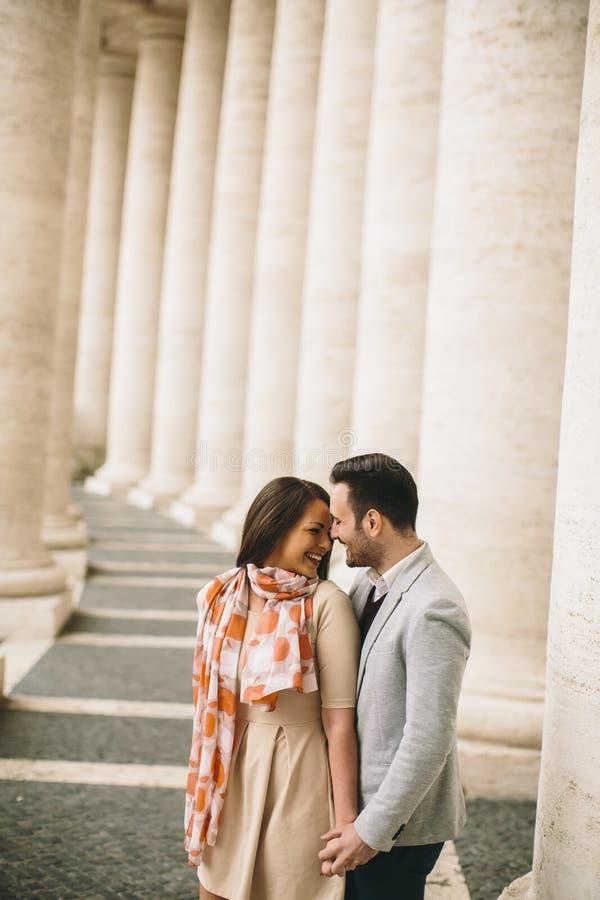 Os pares loving no ` s de St Peter esquadram no Vaticano fotografia de stock