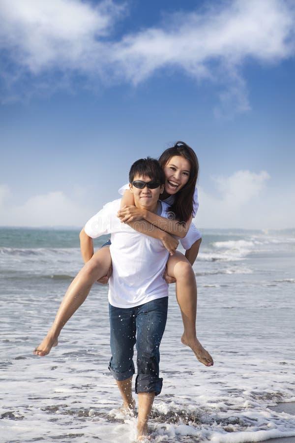 Os pares no amor apreciam férias de verão imagem de stock