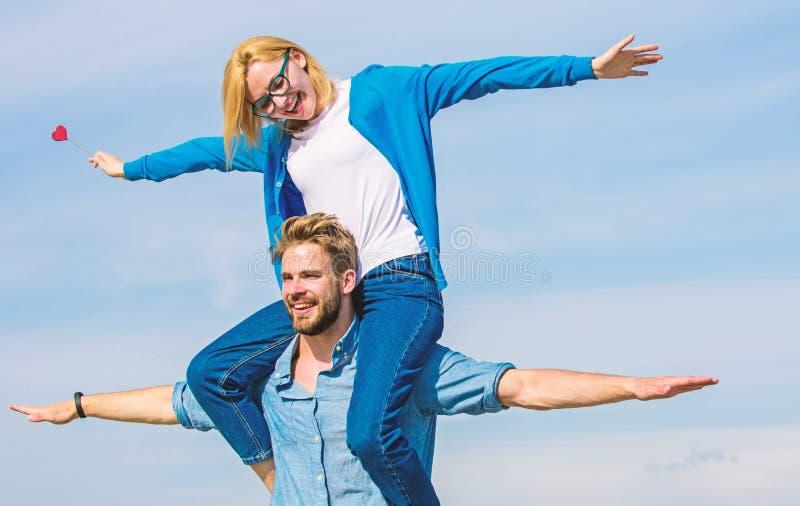 Os pares no amor apreciam sentir o dia ensolarado exterior da liberdade Data feliz dos pares que tem o divertimento junto O homem imagem de stock