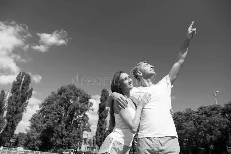 Os pares no amor relaxam após o exercício imagem de stock royalty free