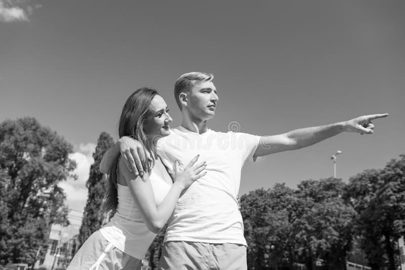 Os pares no amor relaxam após o exercício imagem de stock