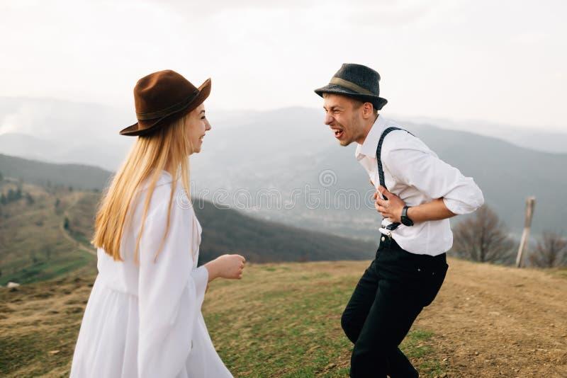 Os pares no indivíduo e na menina do amor estão rindo heartily e apreciam a vida imagem de stock