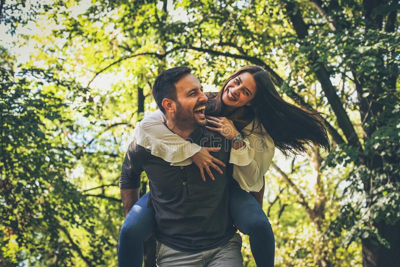 Os pares no parque público têm o divertimento junto Atividade movente fotografia de stock royalty free