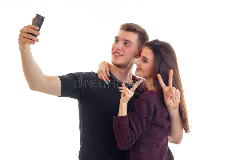 Os pares novos bonitos fazem o selfie no estúdio imagem de stock