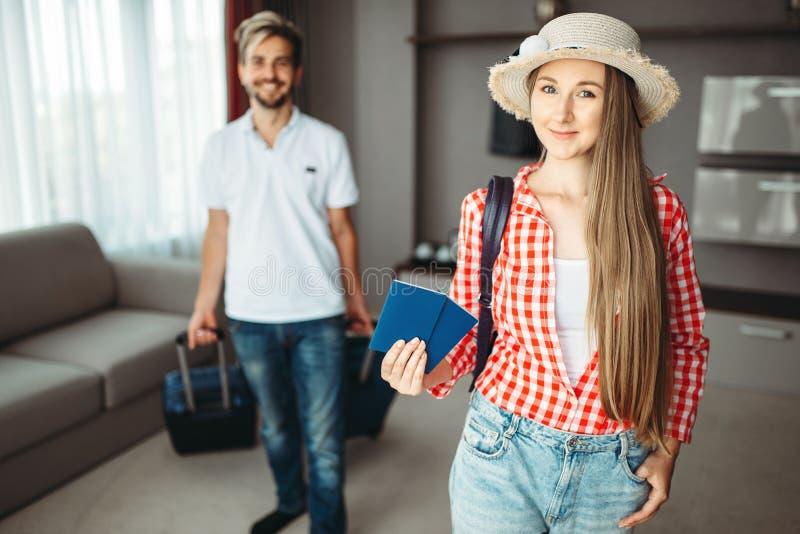 Os pares novos com malas de viagem foram em uma viagem fotografia de stock royalty free