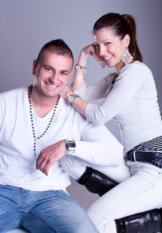 Os pares novos do amor têm um romance fotos de stock royalty free