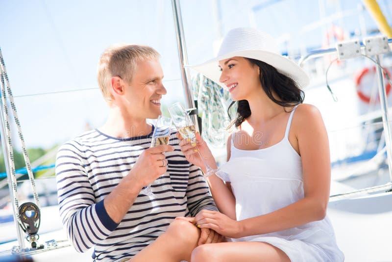 Os pares novos e bonitos têm um partido em um barco luxuoso fotos de stock royalty free