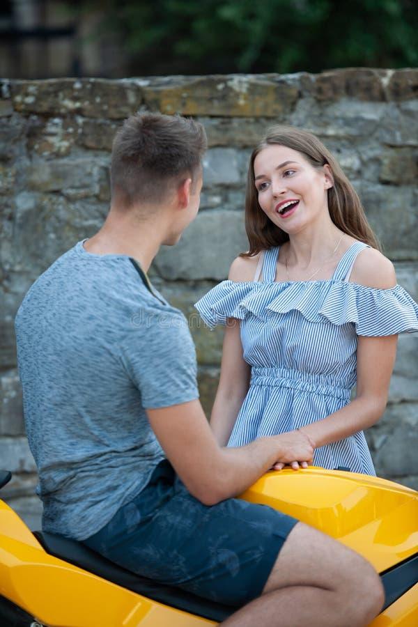 Os pares novos em um motor bike em uma tarde do fim do verão fotos de stock