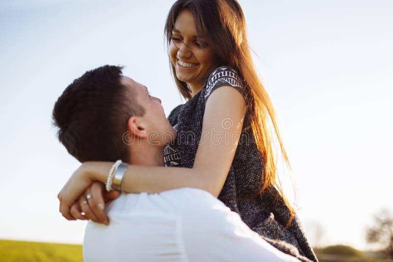 Os pares novos, felizes, loving, fora, equipam guardar uma menina em seus braços, e a apreciação de, o anúncio, e a introdução do fotos de stock royalty free