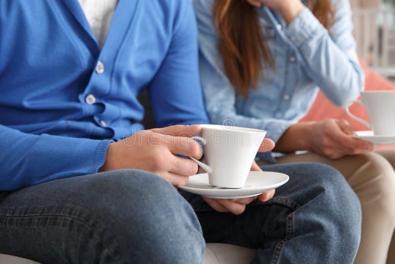Os pares novos junto weekend em casa o close-up bebendo do chá fotos de stock royalty free