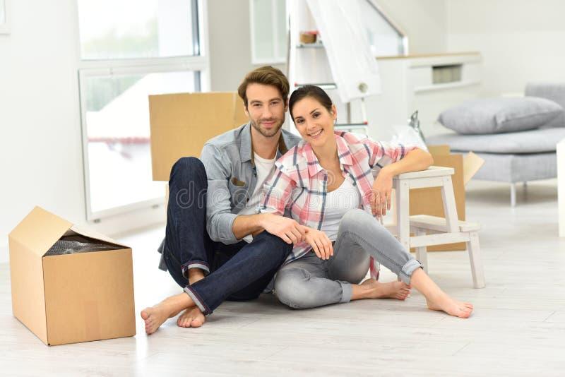 Os pares novos moveram-se recentemente na casa nova imagens de stock